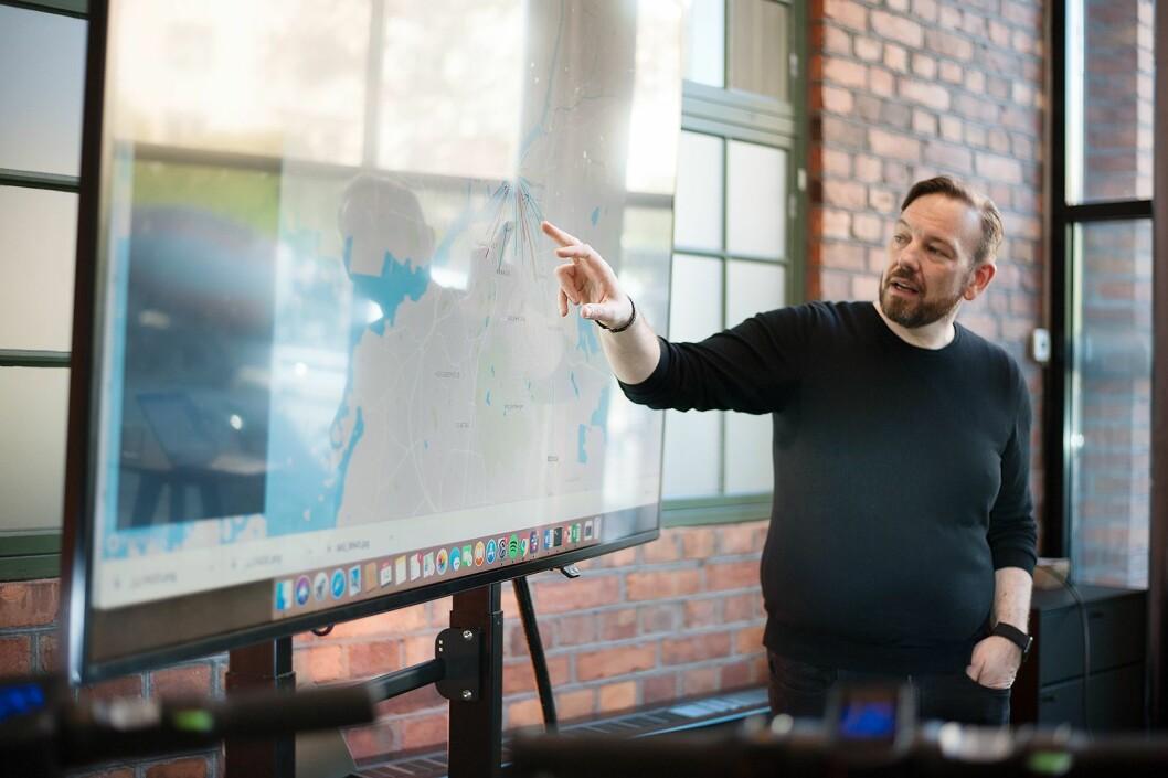 Teknologidirektør Michael Söderberg viser fram visualisering av ulike data Voi samler inn fra sine turer. Foto: Voi.