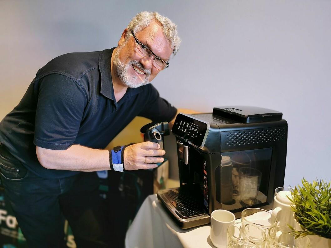 Gunnar Mylius i Philips med melkebeholderen LatteGo, som kun består av to deler, og finnes i både 2000- og 3000-serien. Foto: Stian Sønsteng.