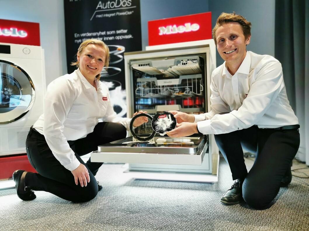 Opplæringssjef Christine F. Nilsen og produktsjef Anders Bjørge i Miele viser for første gang i Norge frem selskapets helt nye oppvaskmaskiner med PowerDisk. Foto: Stian Sønsteng