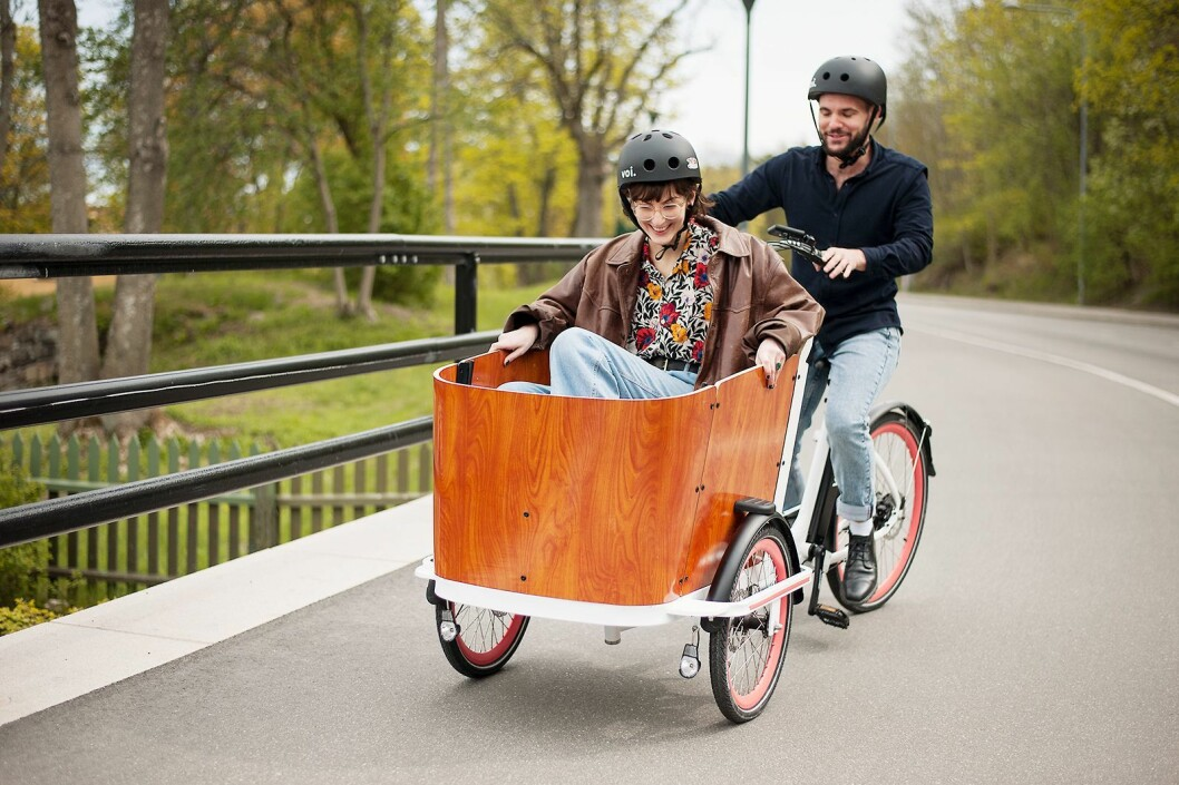 Med Voi Cargo kan du frakte matvarer fra butikken, kjæresten på tur eller barna til barnehagen. Foto: Voi.
