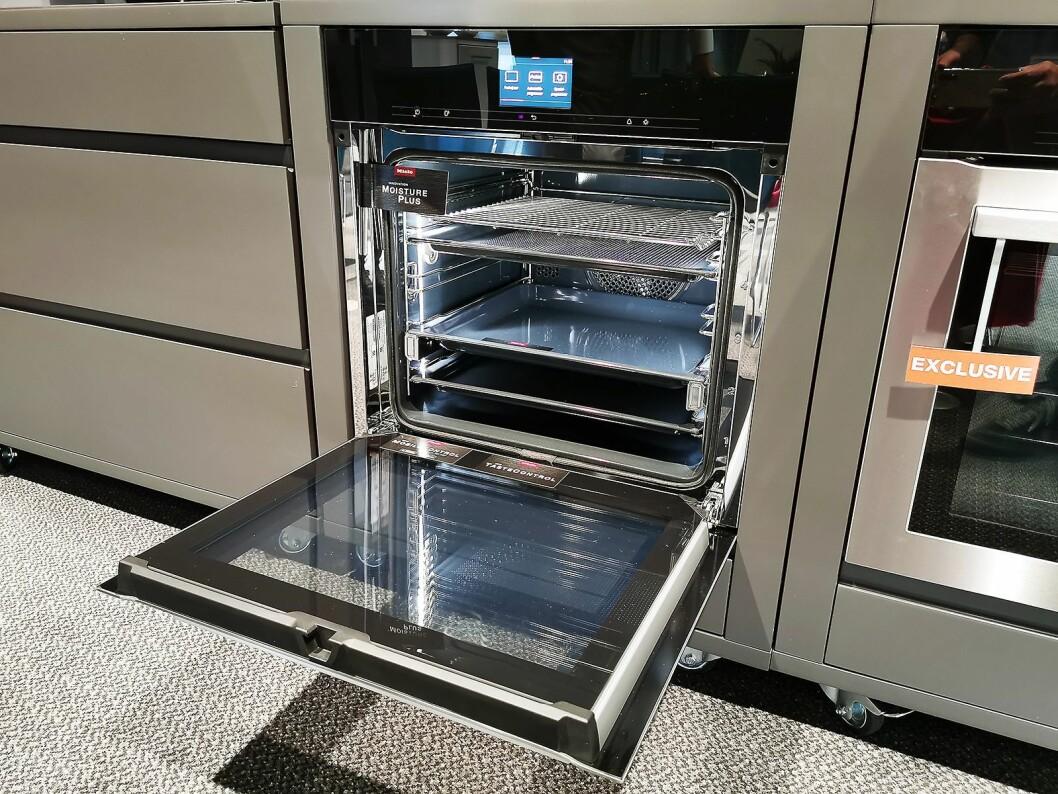 Mieles toppmodell i Powers sortiment H7560BP har blant annet funksjonen TasteControl, som automatisk åpner døren og med viftene senker temperaturen i ovnsrommet med 100 grader, slik at maten ikke etterstekes. Foto: Stian Sønsteng.