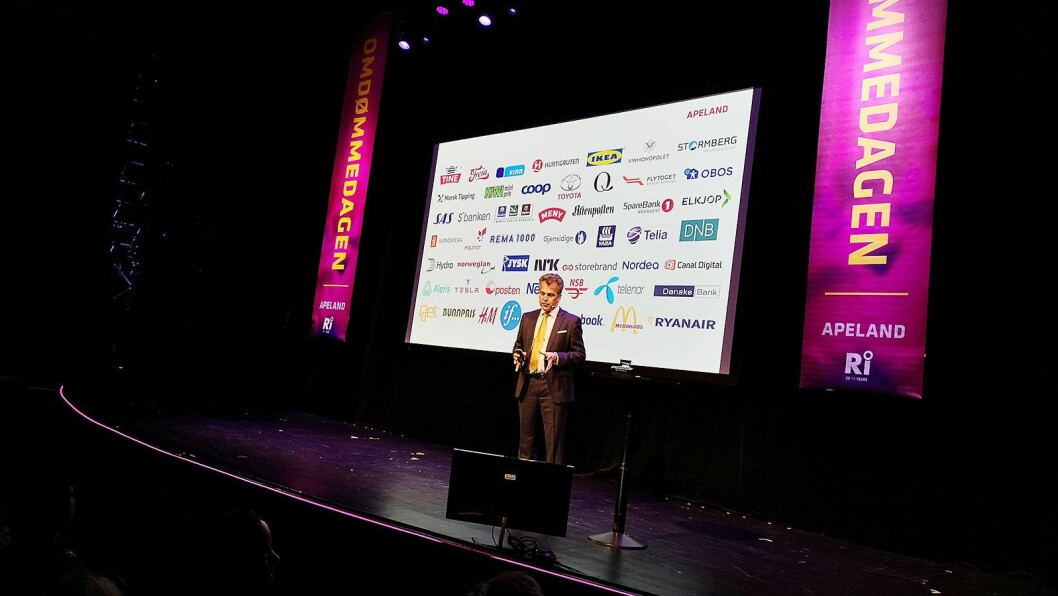 Apeland-sjef Ole Christian Apeland presenterte selskapets årlige omdømmekåring under et arrangement på Latter i Oslo i mai. Foto: Marte Ottemo
