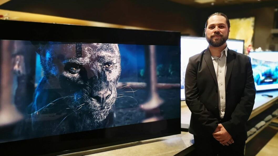 Produktansvarlig i LG Nordic, Erik Svalberg, viser fram tre nye TVer som kommer til Norge nå. Foto: Marte Ottemo