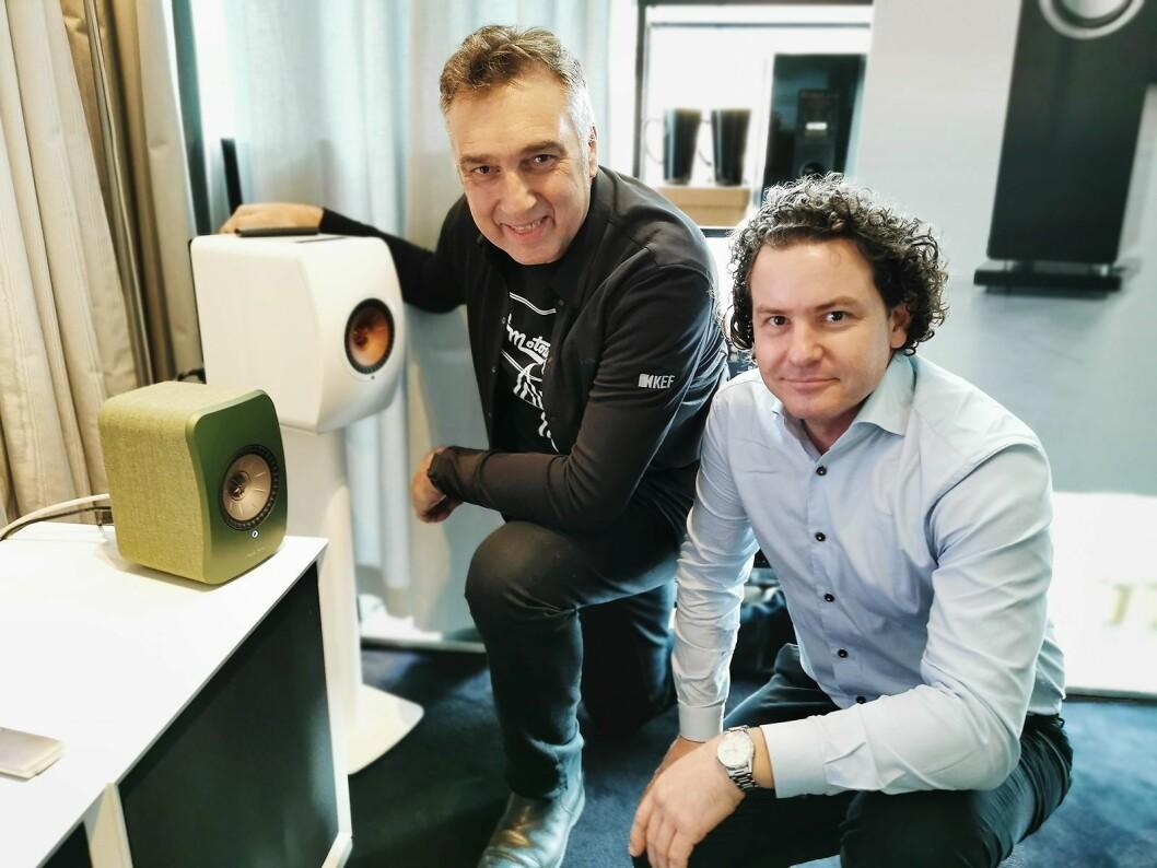 Johan Coorg (t. v.) i Kef og Lars Christian Reinsborg i Neby Hi-Fi Concept AS med Kef LSX (grønn) og LS50 (hvit), til 12.000 og 24.000 kroner paret. Foto: Stian Sønsteng