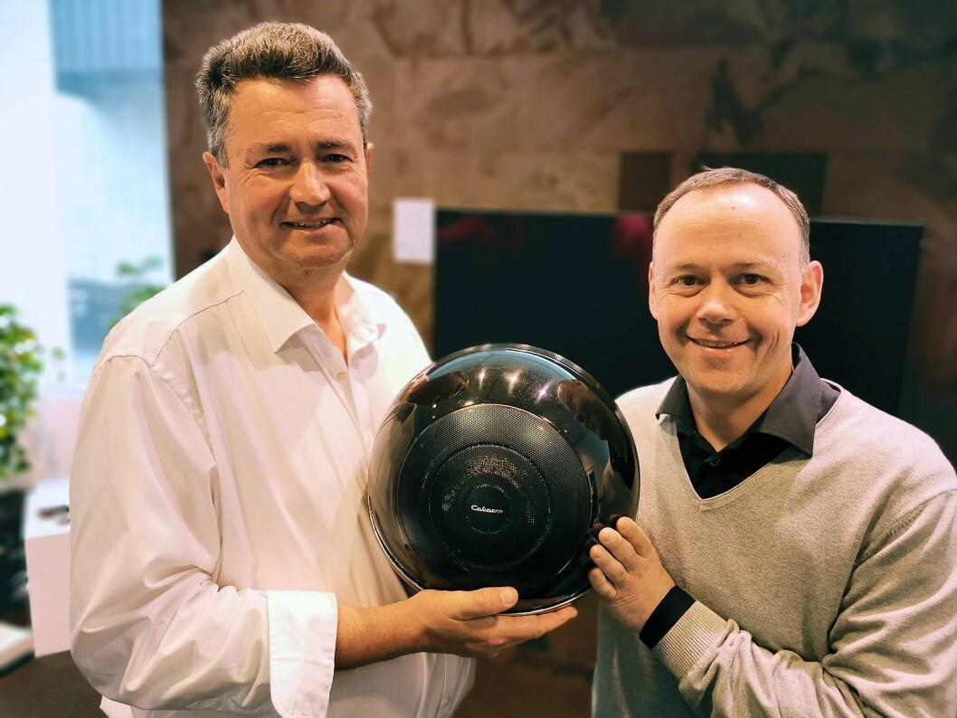 Christophe Cabasse (t .v.) i Cabasse og Jarle Ruud i Mono med Cabasse The Pearl, som veier 18 kilo og har en forsterkerkraft på 1800 watt. Foto: Stian Sønsteng
