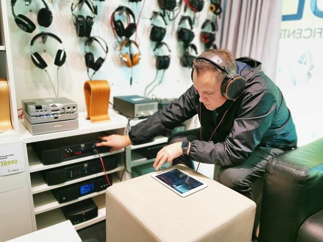 Roy Arne Rogstad lytter til hodetelefonforsterkeren Simaudio Moon 430HAD. Foto: Stian Sønsteng.