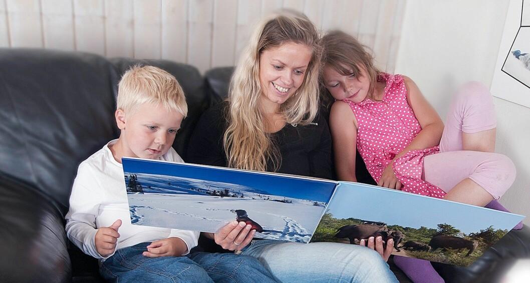 Fotobøker er fortsatt populære blant nordmenn, og stadig flere bruker også mobilbildene sine til å forevige minner. Foto: Cewe