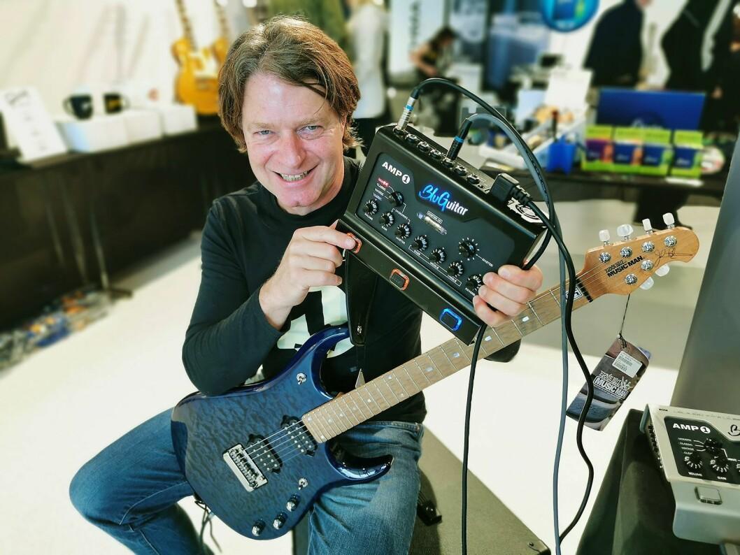 Gitarist, produktutvikler og forretningsmann Thomas Blug i BluGuitar med AMP1 Iridium Edition, som er ventet i salg før jul. Foto: Stian Sønsteng