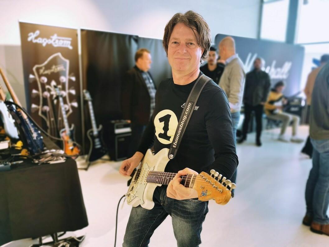 Gitarist Thomas Blug opptrådte under Larvik gitarfestival i mars, og stakk også innom BluGuitars nordiske distributør, EM Nordic, som deltok på salgsutstillingen. Foto: Stian Sønsteng.