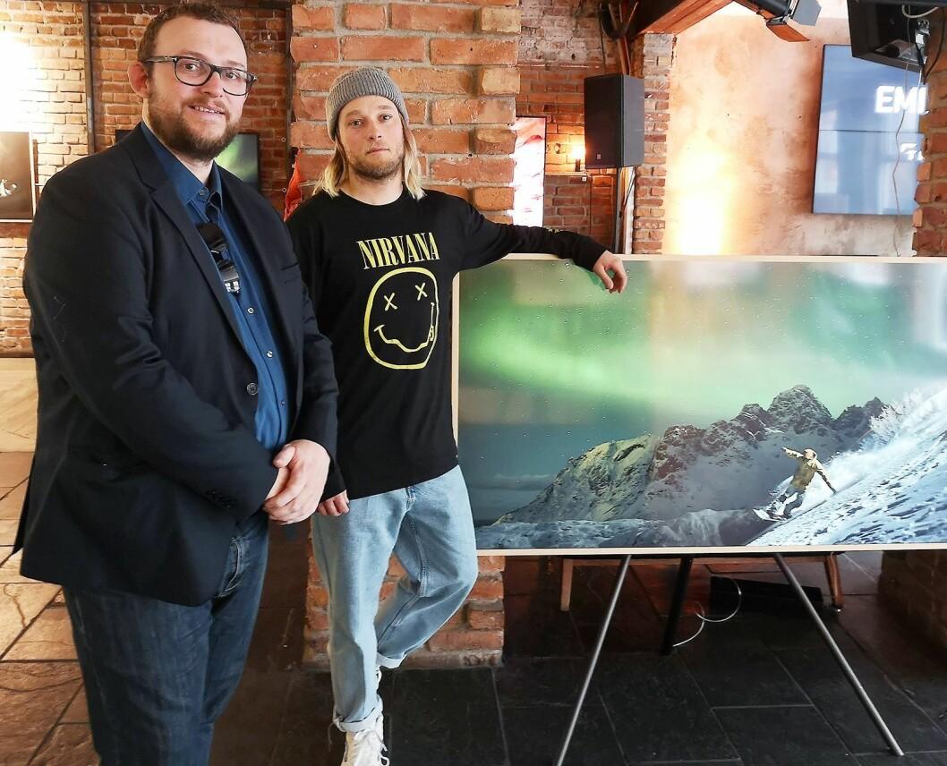 Produktspesialist i Samsung Nordic, Knut Eirik Rørnes og fotograf Emil Sollie viser fram både nye Frame 3.0 og fotografens bilder fra Lofoten. Foto: Marte Ottemo