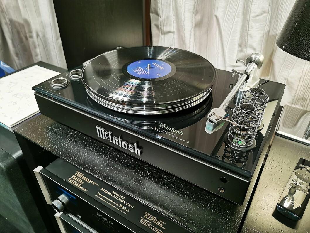 Platespilleren McIntosh MTI100 har innebygd rør-forforsterker, digital effektdel på 2x50 watt, digitale innganger og blåtann. Pris: 75.000,- Foto: Stian Sønsteng