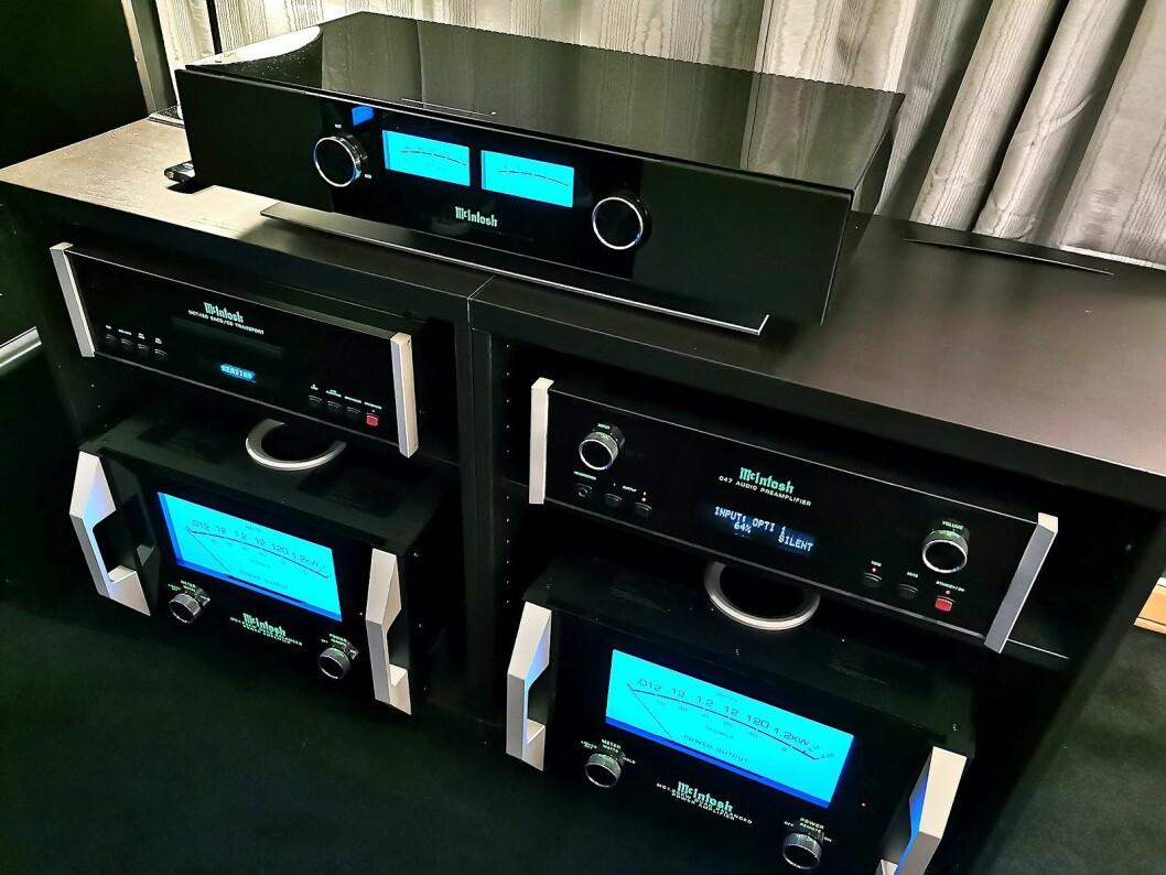 På toppen av benken musikksystemet McIntosh RS200, med samme diskant og mellomtone som i XR50-høyttalerne, samt bass i underkant. AirPlay og DTS Play-Fi, samt tilkopling for digitale kilder med HDMI inn. Pris: 37.000,- Foto: Stian Sønsteng.