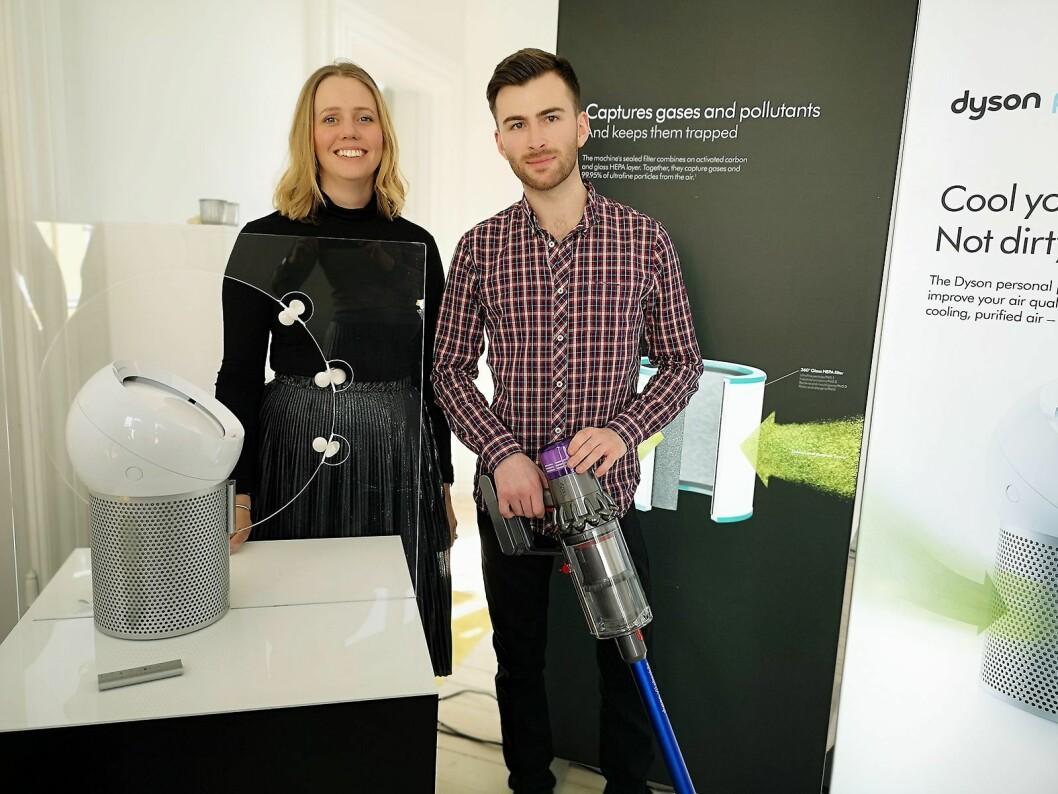 Ingeniørene Jess Rowley og Ciaran McDaid fra Dyson viser fram de nye produktene Pure Cool Me og Dyson V11 under et arrangement i Oslo. Foto: Marte Ottemo