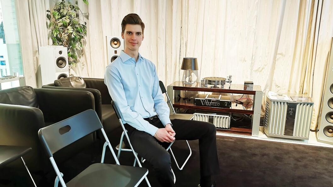 2019: Stolene er de samme, men nå er Mathias Beck er blitt butikkselger ved Oslo Hi-Fi Center. Vi møter ham under butikkmessen Vårpuls i april. Foto: Stian Sønsteng