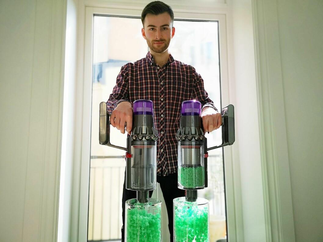 Ingeniør Ciaran McDaid demonstrere at sugekraften er like god, selv om støvbeholderen er full. Foto: Marte Ottemo