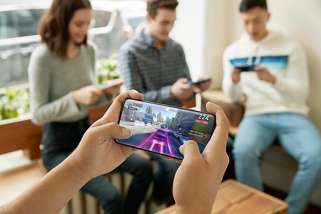 Skjermen i OnePlus 7 Pro har hele 90 Hz oppdatering. Det gjør telefonen interessant for mobil-spillere. Foto: OnePlus.
