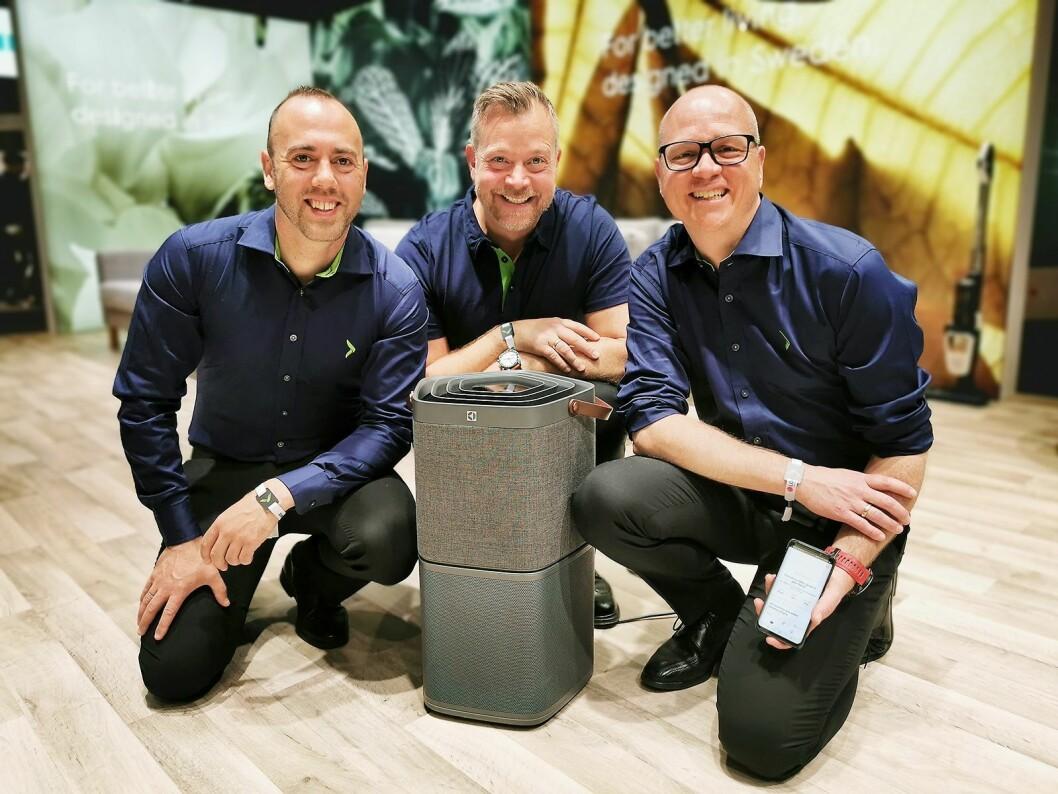 Christian Nævdal (f. v.), Espen Nordheim og Tommy Myhre er nordiske direktører for småelektriske produkter. Her viser de den smarte luftrenseren Electrolux Pure A9, som kommer i to størrelser. Foto: Stian Sønsteng