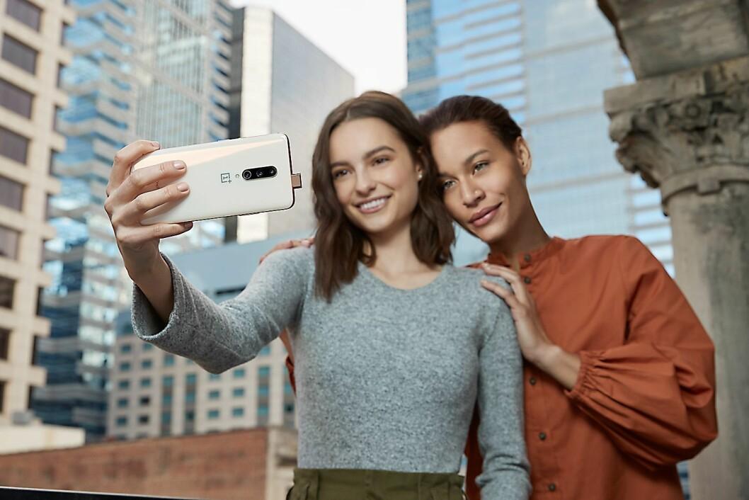 Skjermen i OnePlus 7 Pro har ikke noe hull eller busslomme for å få plass til selfie-kameraet, i stedet har kineserne gått for en pop-up-løsning. Foto: OnePlus.