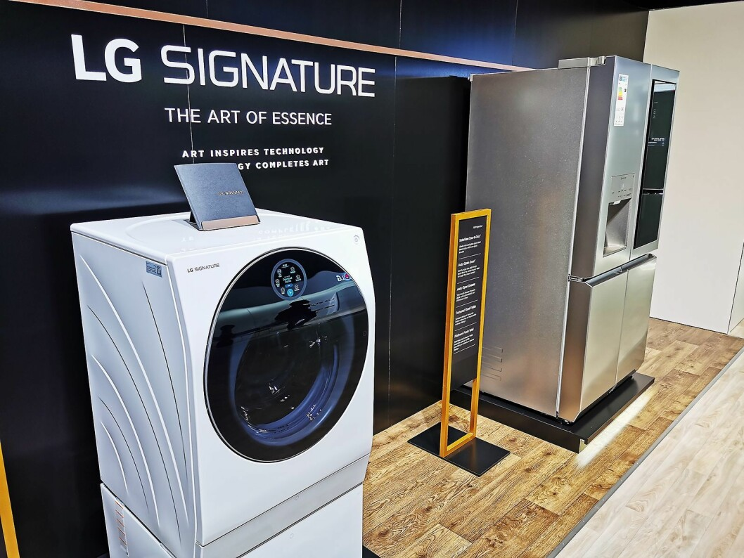 Elkjøp er alene om å selge LG Signature-serien i Norden. Her vaskemaskinen med to tromler, og side by side-skapet til henholdsvis 30.000 og 80.000 kroner. Foto: Stian Sønsteng.