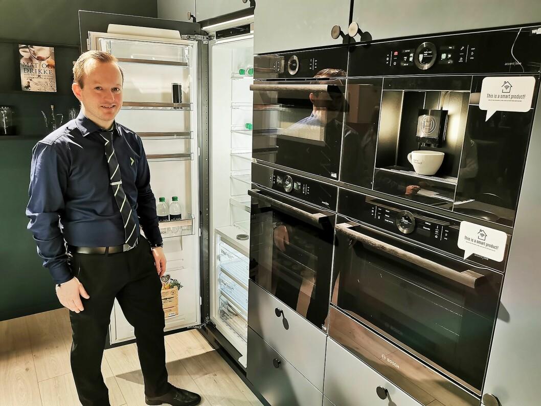 Haakon Lavik med Bosch' Accsent-linje i Black Carbon-design, i et Epoq-kjøkken. – Her tilbyr vi ovner og kaffemaskiner i alle størrelser, og kalde innbyggingsprodukter med funksjoner som tidligere kanskje ikke var oppnåelig for alle, sier Lavik.