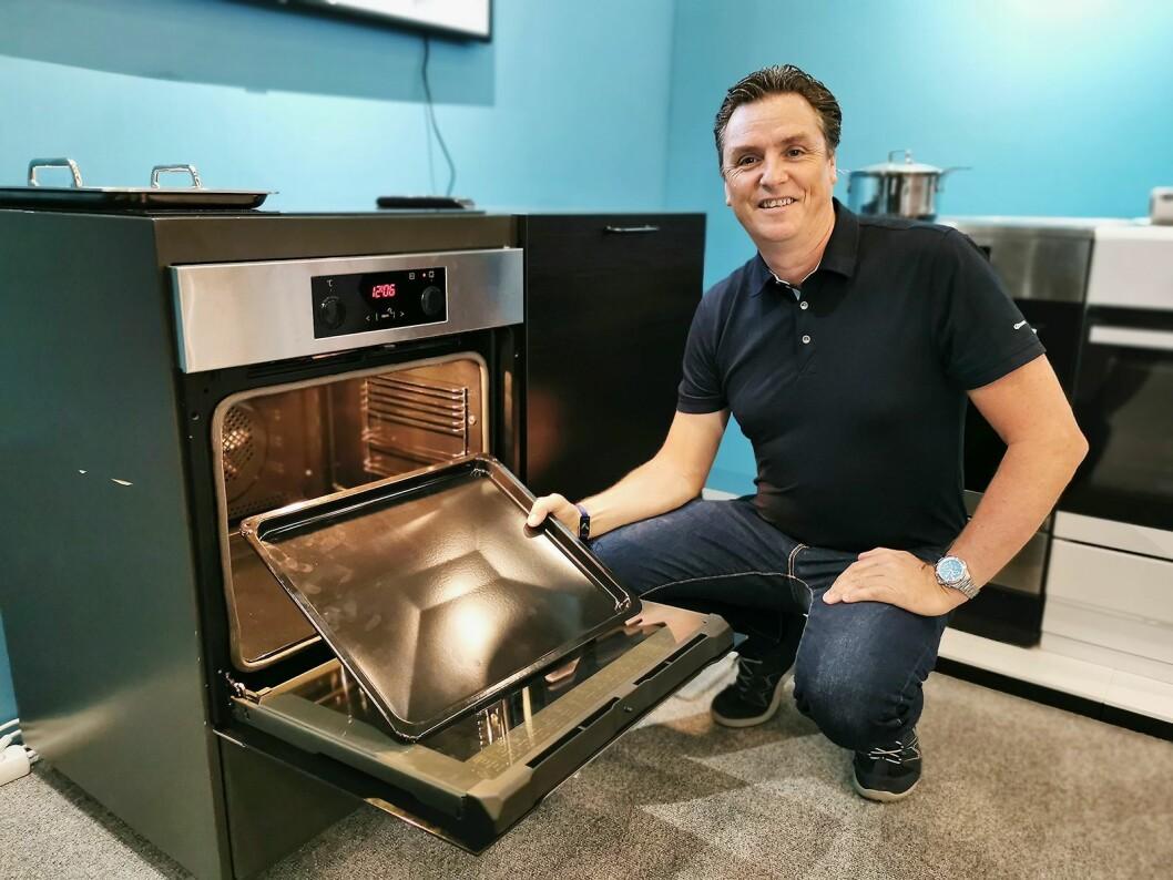 Ragnar Ekenes i Gram viser Baking Pro-serien, med et ovnsrom på 77 liter og det han sier er markedets største stekebrett. Foto: Stian Sønsteng.