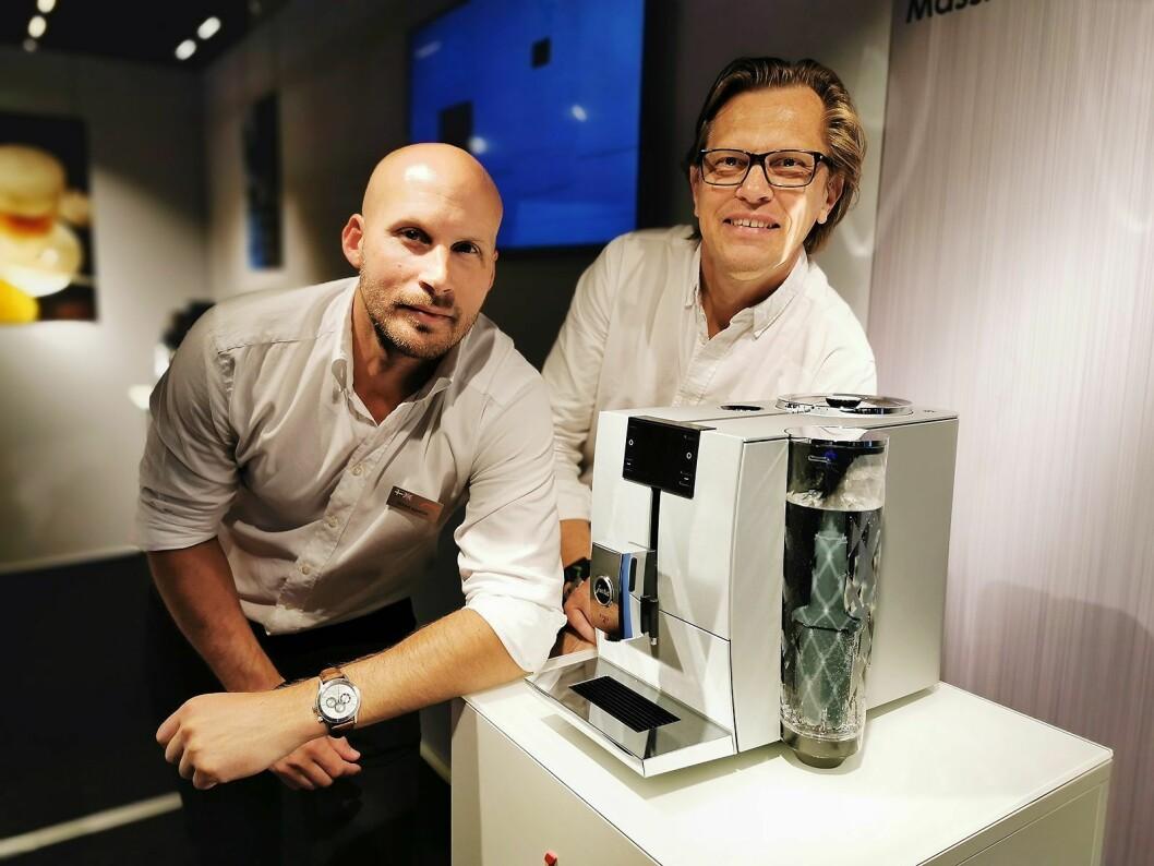 Roberg Iggström (t. v.) og John Carling med den helautomatiske kaffemaskinen Jura Ena 8 i massiv aluminium. Foto: Stian Sønsteng.