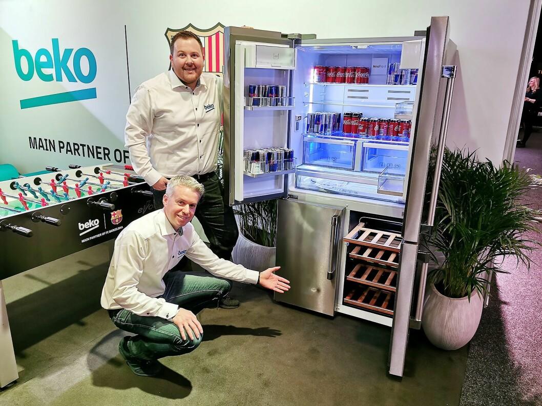 Ole Meidell (bak) og Helge Løvfall i Grundig viser Beko GN1416220CX, med kombinert vinskap, kjøl og frys, og totalt 446 liter volum. Foto: Stian Sønsteng.