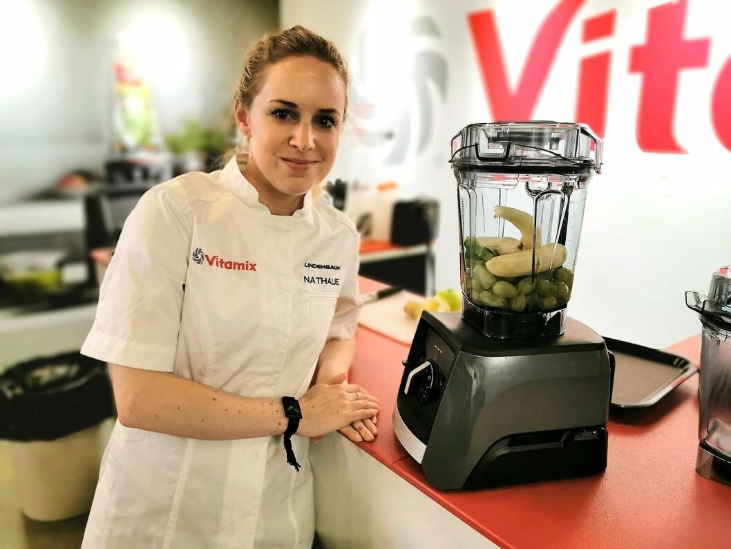 Nathalie Fröberg med blenderen Vitamix Acent A2300i. Foto: Stian Sønsteng.