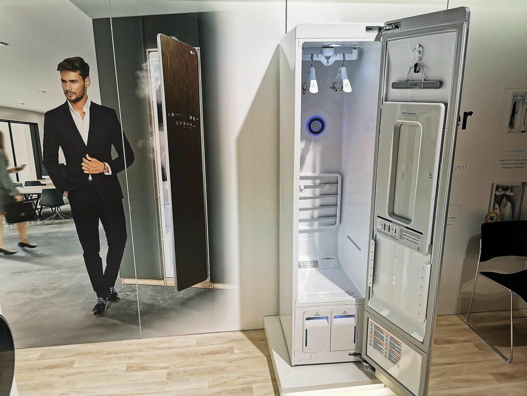 LG Styler er et dampskap med wifi. Skapet skal glatte ut tøy, samtidig som det fjerner lukt. Pris: 16.000,-.