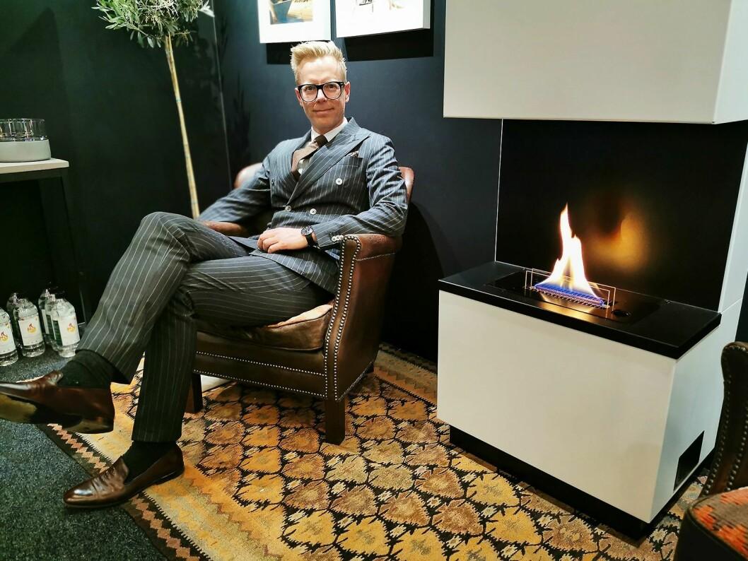 Anders Kveseth med peisen TenderFlame Blues, som koster 15.000 kroner i butikk. Foto: Stian Sønsteng
