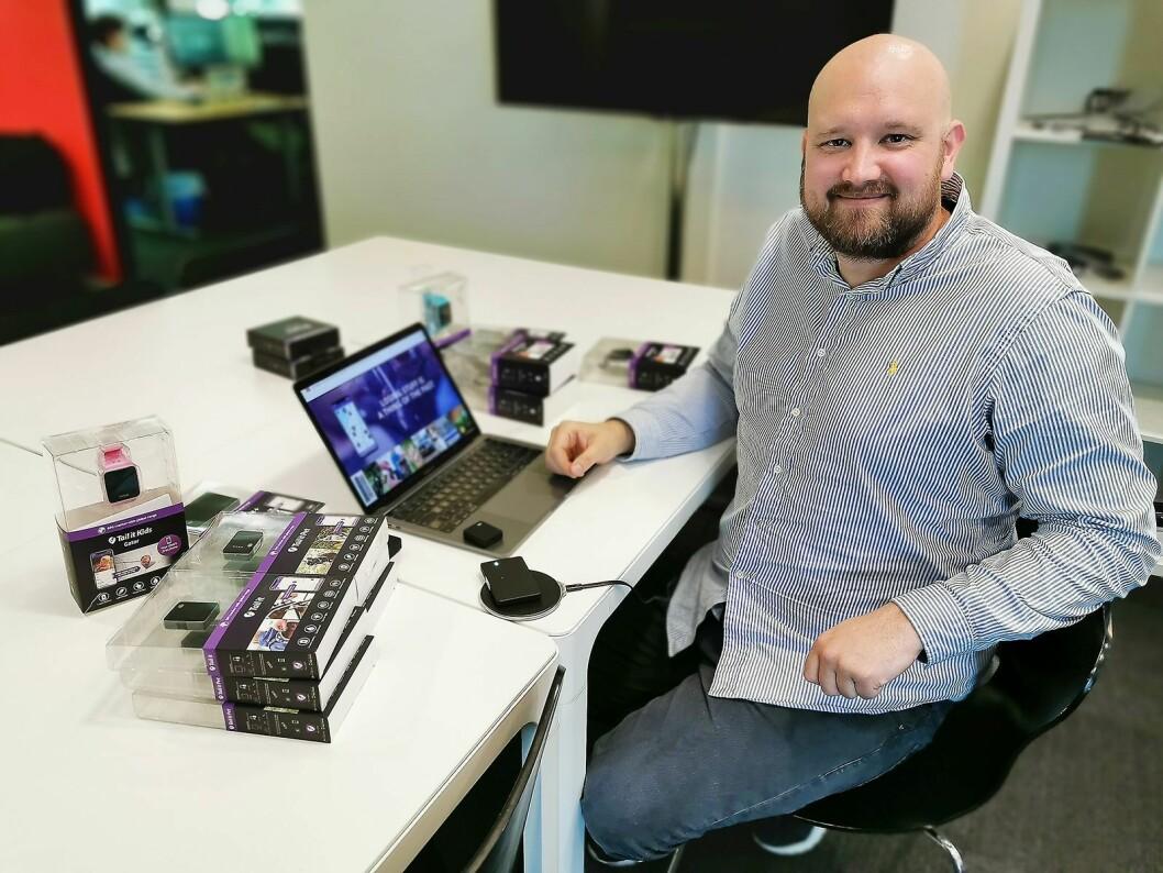 Morten Sæthre er grunnlegger av Tail it Technologies AS. Foran ham ligger selskapets trådløse QI-lader, som har en diameter på 9,3 cm. Pris: 500,- Foto: Stian Sønsteng.