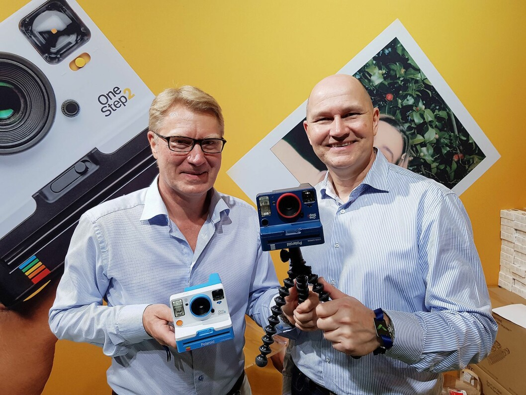 Knut Aronsen (t. v.) og Helge Rose i Focus Nordic viser frem Polaroid-kamera på Elkjøp Campus. Foto: Jan Røsholm