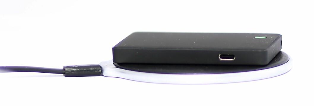 Tail it+ sporingsenhet måler 85x54x9mm og veier 64g. Pris: 800,- Den trådløse QI-laderen koster 500 kroner. Foto: Tail it.