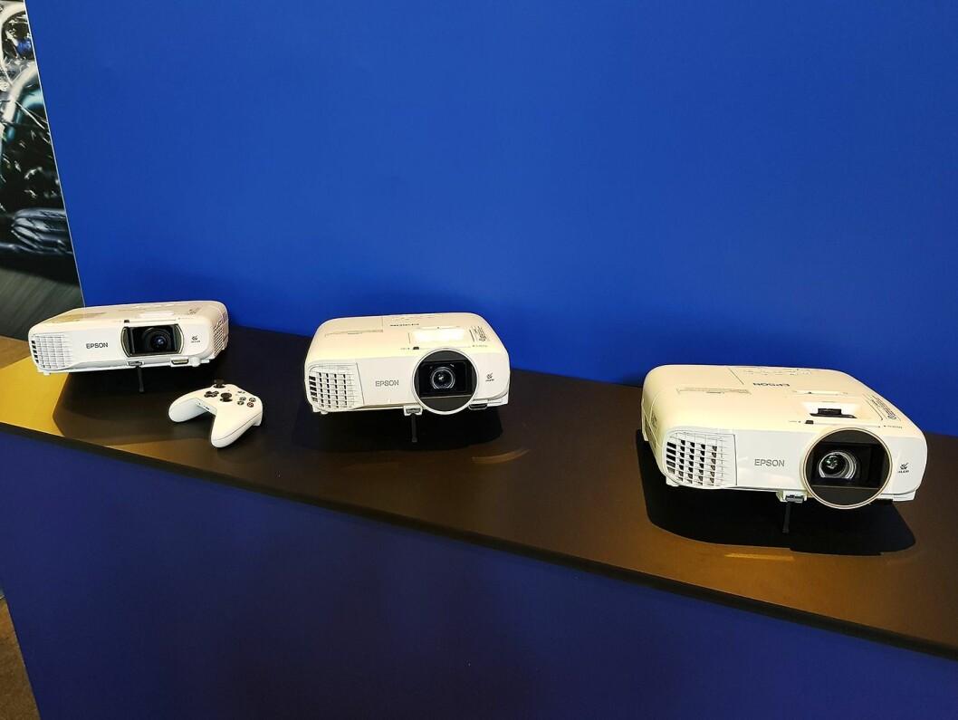 Epson har projektorer i flere størrelser. Her er tre av dem avbildet. Foto: Jan Røsholm.