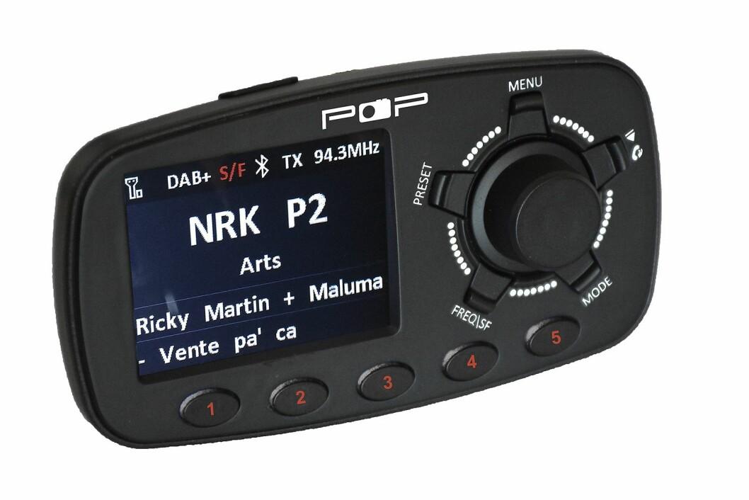 """POPyourCAR 3.0 har dab+, blåtann, service following (SF) og traffic announcements (TA). FM-sender. Spill musikk fra telefonen/svar og snakk i telefonen. 5 direktevalg-knapper. Spesialutviklet antenne med """"click and ground"""". Linje inn/ut. Dobbel USB - kan lade. Pris: 1.900,-."""