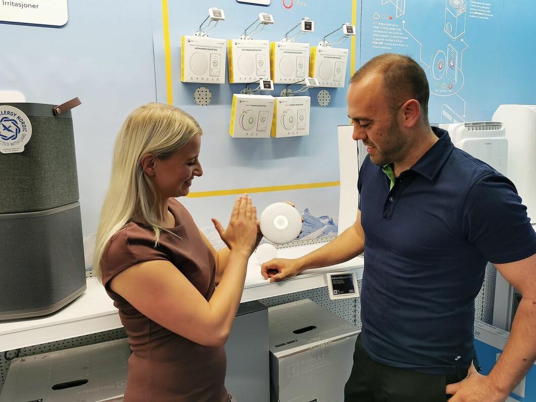 Julia Grong i Airthings og Christian Nævdal i Elkjøp sjekker luftkvaliteten ved Elkjøp Ullevål ved å vinke foran Wave Plus. Foto: Stian Sønsteng.