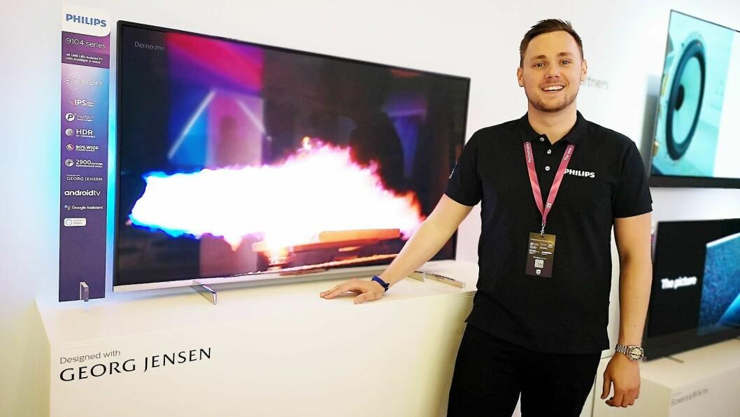 Mattias Svensson, sagsfremmer i TP Vision Sverige, viser fram den nye 9710-modellen som Georg Jensen har designet. Foto: Marte Ottemo