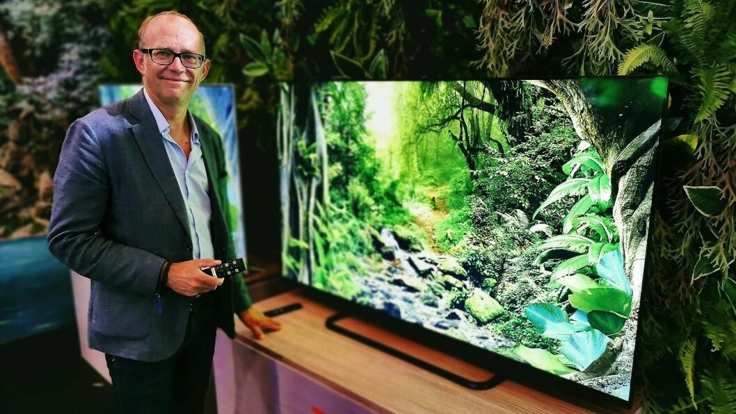 Johan Huss i TCL med den nye EP68-serien, som kommer i 50, 55 og 65 tommer til 6.000, 7.000 og 9.000 kroner, med bakbelyst led-panel. Foto: Stian Sønsteng