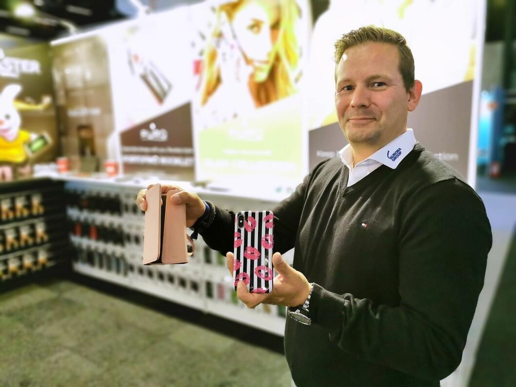 Nøkkelkundesjef Frank Birkelund i Aurora-gruppen med to mobildeksler fra italienske Puro. Foto: Stian Sønsteng
