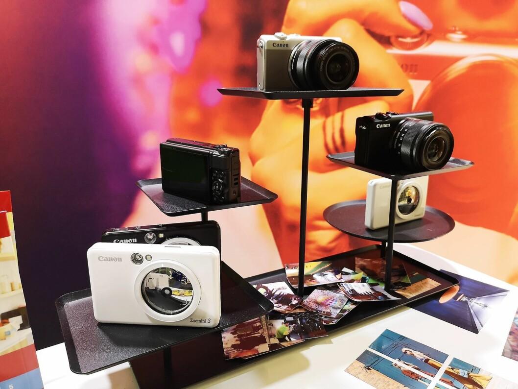 Canon viste fram litt enklere modeller beregnet på forbrukermarkedet under messen, med insta-kameraet Zoemini S og det speilløse M100. Foto: Marte Ottemo.