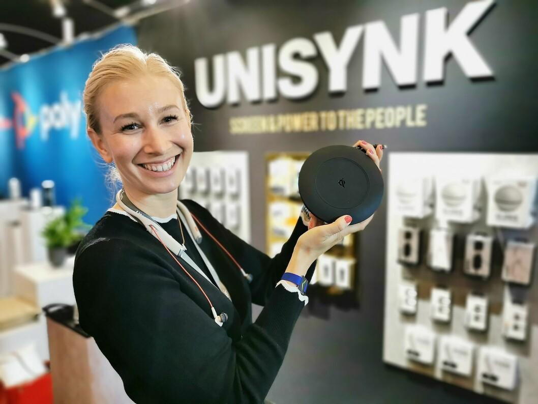 Malin Spjut i Unisynk med den nye kabelsnella som gir 75W kablet lading til USB-C og 10W trådløs lading. Foto: Stian Sønsteng