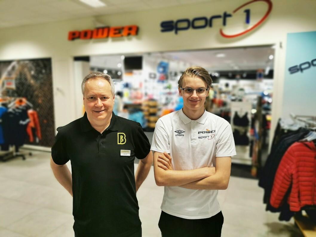 Styreleder Arild Sætran (t. v.) og butikksjef John Fredrik Nelvik i El & Sport AS på Smøla har Power og Sport 1 i samme butikk. Foto: Stian Sønsteng.