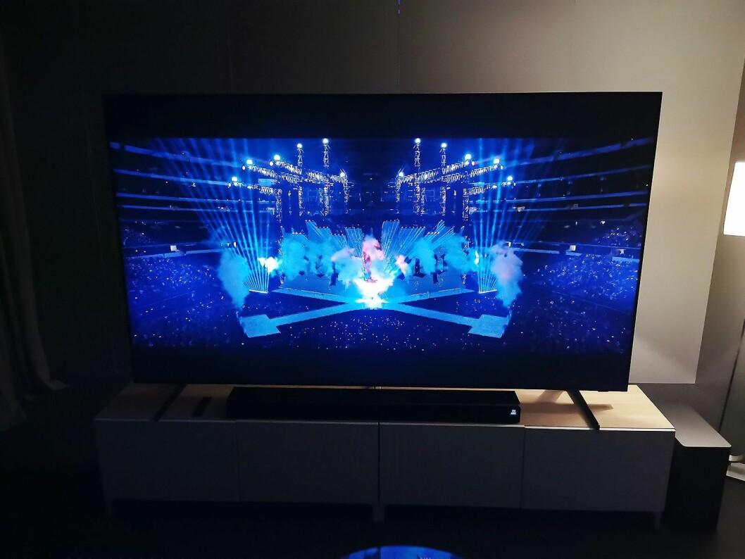 Under Campus i juni viste Samsung Europas eneste tilgjengelige eksemplar av 8K-TVen 98Q950 til 600.000 kroner, demonstrert med Dolby Atmos-lydplanken HW-Q96R. Foto: Stian Sønsteng.