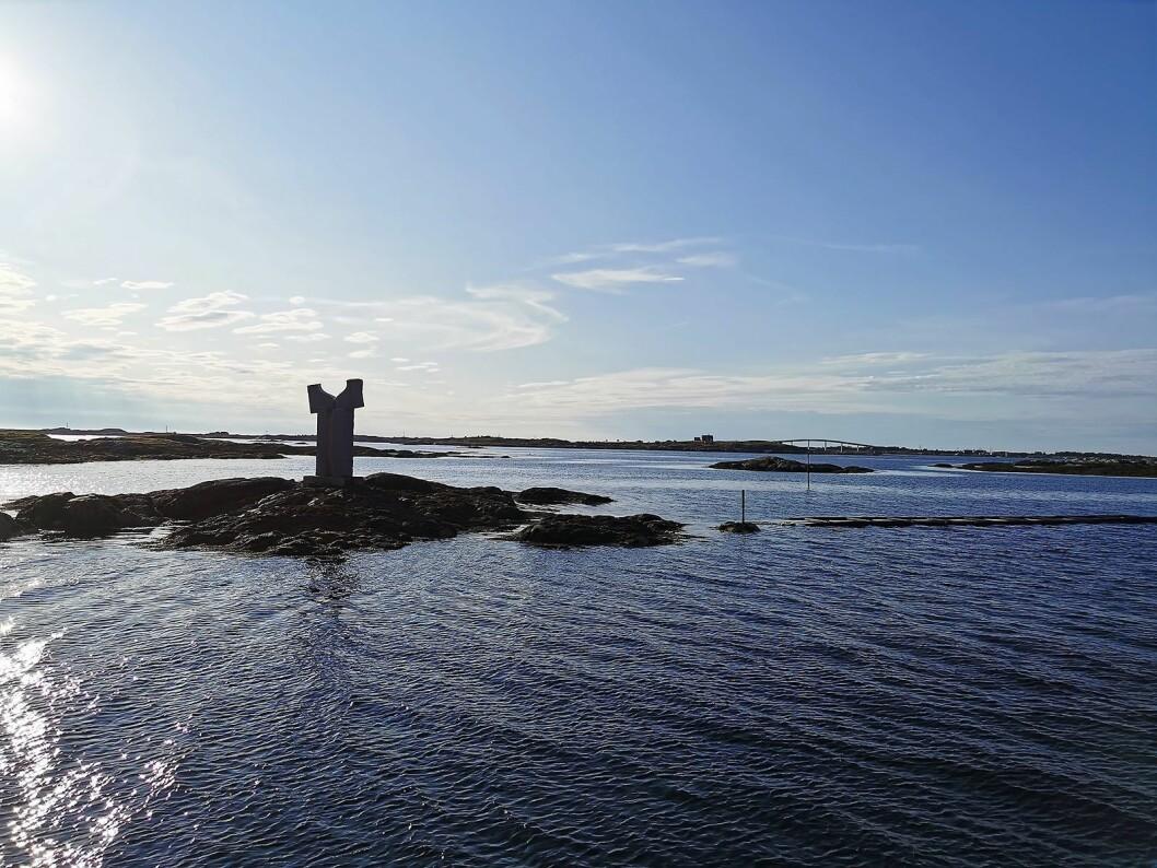 Fra Hopen brygge, en kilometer nord for Smølasenteret, med en av bruene som går over til fiskeværet Veiholmen. Foto: Stian Sønsteng.