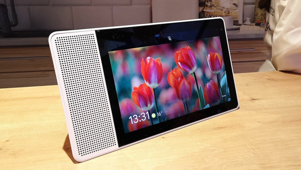 Lenovos Smart Display har en stor skjerm, og lar deg styre hverdagen med hjelp av Google Assistant. Foto: Marte Ottemo