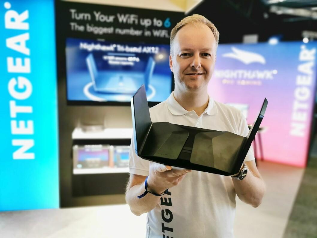 Norden-sjef Pål Vatneberg i Netgear med Wi-Fi 6-ruteren Nighthawk RX200, med triband og muligheten for 12 samtidige datastrømmer. Foto: Stian Sønsteng