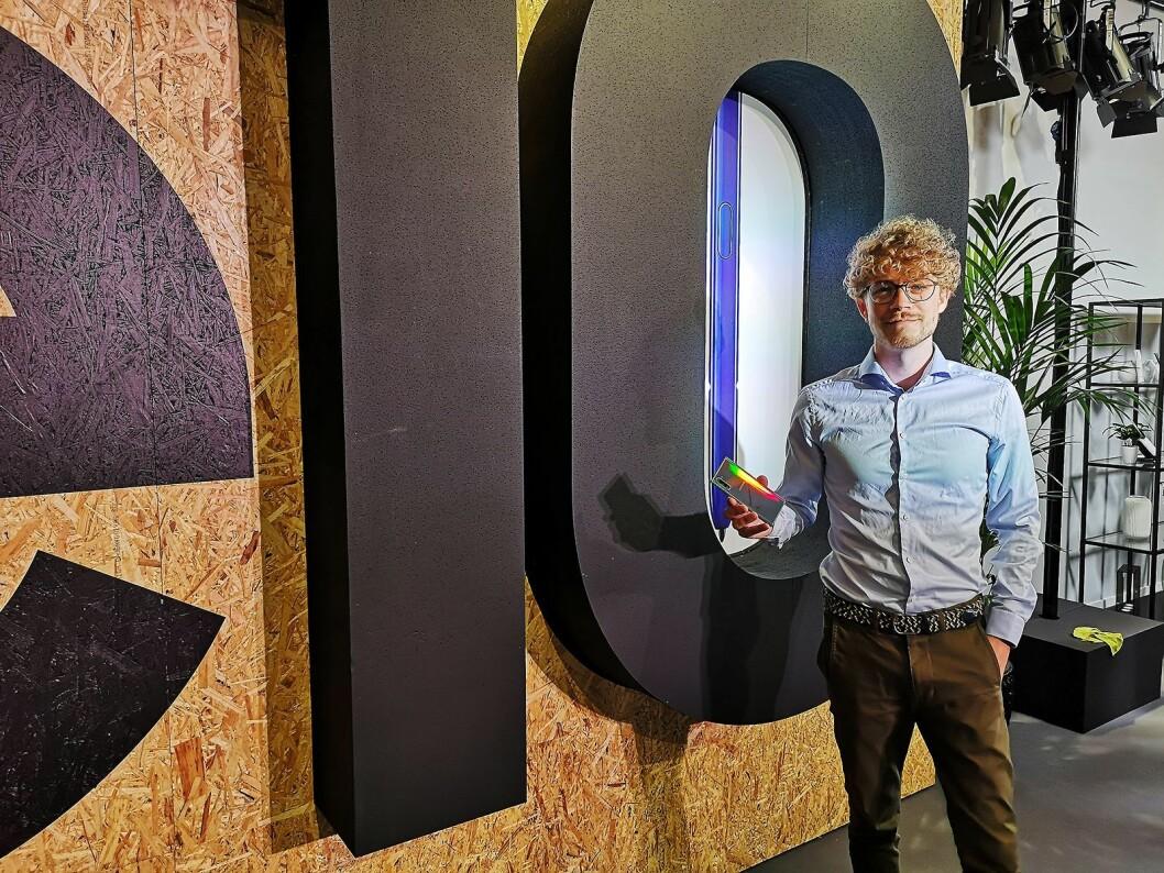 Daniel Kvalheim, teknisk kunde- og medieansvarlig i Samsung Norge, viser fram nye Galaxy Note 10+ Foto: Marte Ottemo