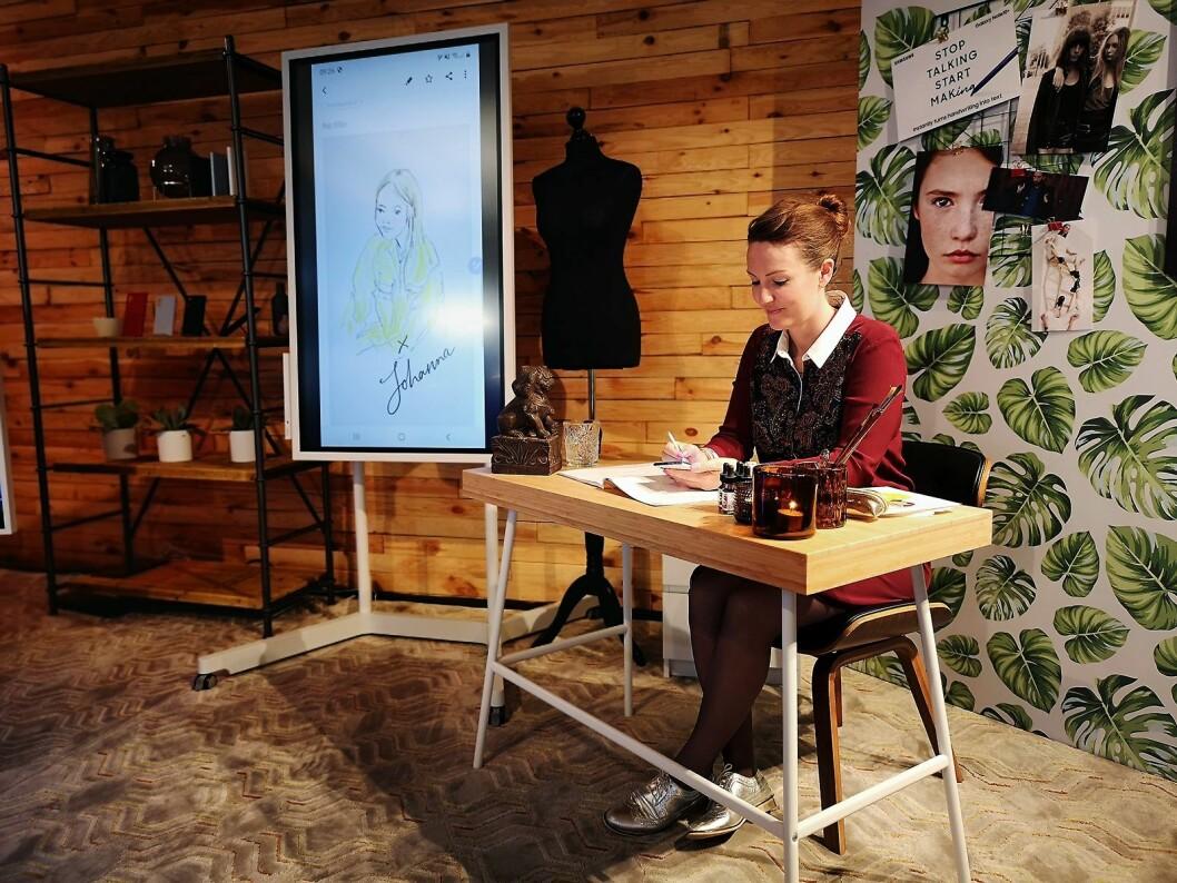 Samsung hadde med en egen illustratør som viste hvordan man kan bruke Note10 til kreativt arbeid. Foto: Marte Ottemo.