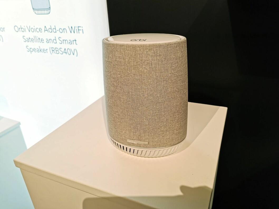 Orbi-modellen RBS40V er en kombinert maskenettverk-ruter og smarthøyttaler med støtte for Amazon Alexa, utviklet i samarbeid med Harman Kardon. Pris: 3.600,- Foto: Stian Sønsteng.