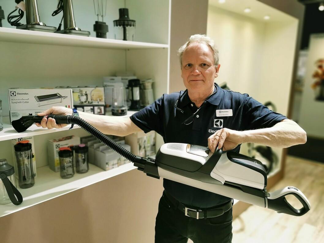 Gunnar Bronzelius i Electrolux med den nye utgaven av Pure F9, med støvsugerpose. Den fleksible slangen gjør det også mulig å bruke den i høyden, for eksempel i bokhyller. Foto: Stian Sønsteng